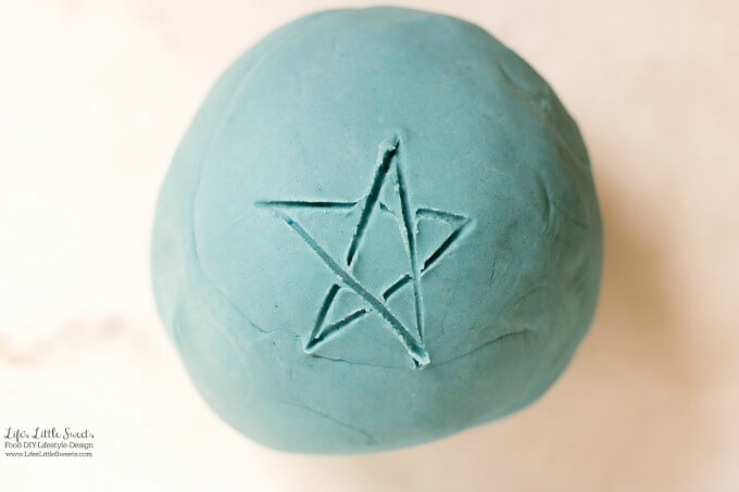 This Blue Playdough Recipe is a great kids activity! (makes about 1 lb. 11.6 ounces) #blue #playdough #recipe #homemade #kidsactivity #sensoryactivity