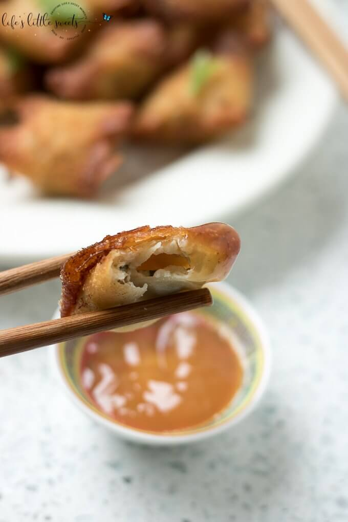 This Crab Rangoon recipe lets you have all the flavors of this popular Chinese-American takeout appetizer - at home. This recipe is fried parcels, filled with cream cheese, crab meat, garlic powder, Worcestershire sauce, topped with green onion (scallions) and served with a sweet, duck sauce for dipping. #recipe #crabrangoon #homemade #chinesetakeout #creamcheese #greenonion #ducksauce #fried #garlicpowder #appetizer