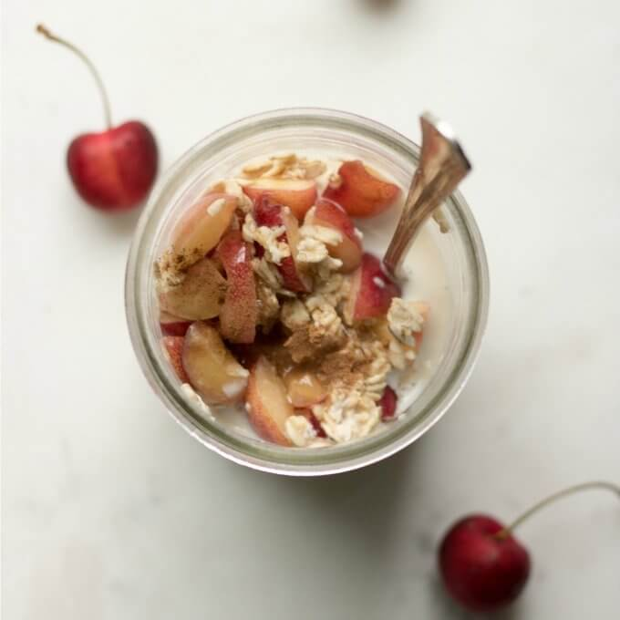 Cherry Overnight Oats has sweet crisp cherries, whole oats, milk and is sweetened with maple syrup. #ad @Semilt #cherry #overnightoats #oatmeal #breakfast #snack #cinnamon #maplesyrup