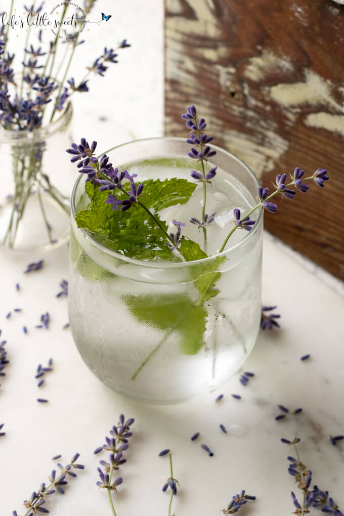 Lavender Mint Water is a Summer, spa water recipe that you can make passively by cold brewing in the refrigerator overnight. (vegan, gluten free) #spawater #Summerwater #lavender #driedlavender #mint #freshmint #freshlavender #water